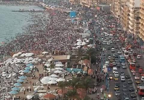 شواطئ الإسكندرية كاملة العدد تزامنا مع ارتفاع درجات الحرارة 📷