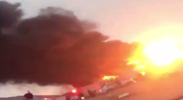 بالفيديو.. البرق يُفجر خزانًا للوقود في السعودية