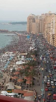 ازدحام شواطىء الإسكندرية بالمصطافين تزامنا مع ارتفاع درجات الحرارة (تصوير مازن حجا)