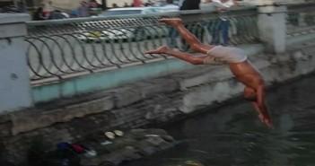 بالصور.. أطفال الفيوم يهربون من ارتفاع درجات الحرارة بالسباحة في بحر يوسف