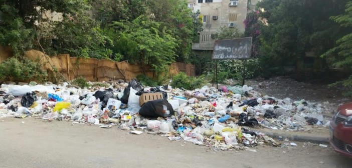 بالصورة.. تراكم القمامة في شارع 9 بالمعادي.. ومواطن: أهديها لرئيس الحي