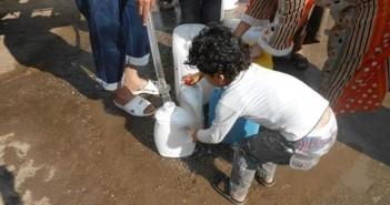 مواطنون يسيرون مسافات طويلة لملء جراكن قرية بالدقهلية بالمياه: لم تصلنا منذ 2011