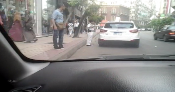 بالفيديو.. أمين شرطة يتلقى رشوة من قائد سيارة مخالفة بوسط القاهرة