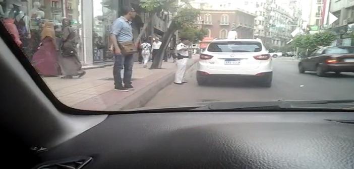 🔴 بالفيديو.. أمين شرطة يأخذ رشوة من قائد سيارة مخالفة بوسط القاهرة ▶