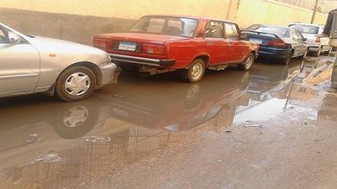 📷 مياه المجاري وسيارات مركونة تطوق مستشفى التأمين بالغربية