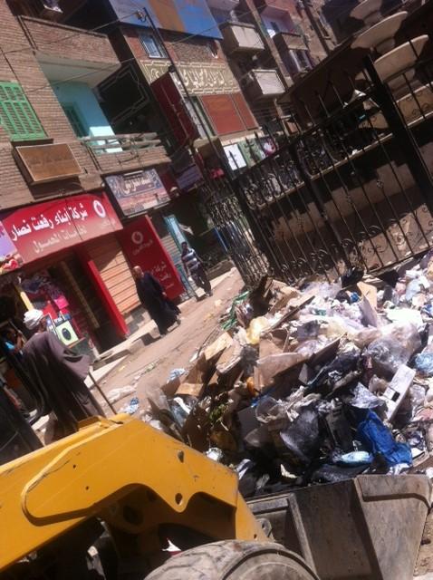بالصور.. تعطل نافورة وزارة البيئة في جرجا.. وتحولها إلى مقلب قمامة
