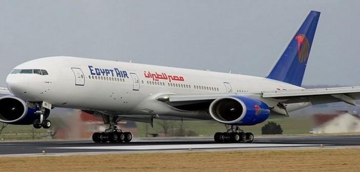 الصور الأولى للحظة الارتباك داخل طائرة مصر للطيران بعد بلاغ «الحقيبة المشبوهة»