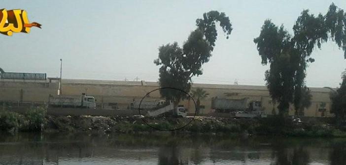 سيارات حكومية تلقي القمامة في ترعة مُغذية لمياه الشرب بالبحيرة والإسكندرية 📷