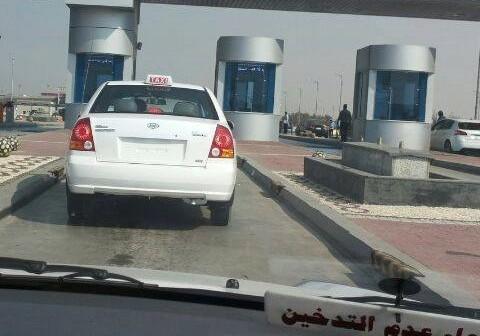 صورة.. تاكسي بلا لوحات معدنية يعبر بوابات مصر ـ الإسكندرية دون توقيفه 📷