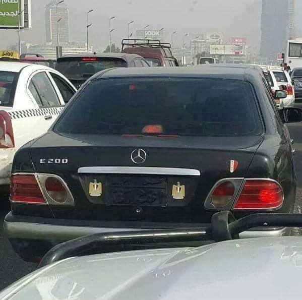 سيارة مخالفة على كوبري أكتوبر طمس صاحبها لوحتها المعدنية