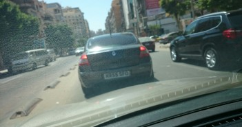 سيارة دون لوحات معدنية رسمية على طريق الحرية بالإسكندرية
