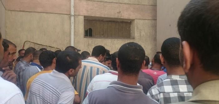📷 تكدس المواطنين في كومسيون دمنهور «عشان الموظفين عاوزين يفطروا»