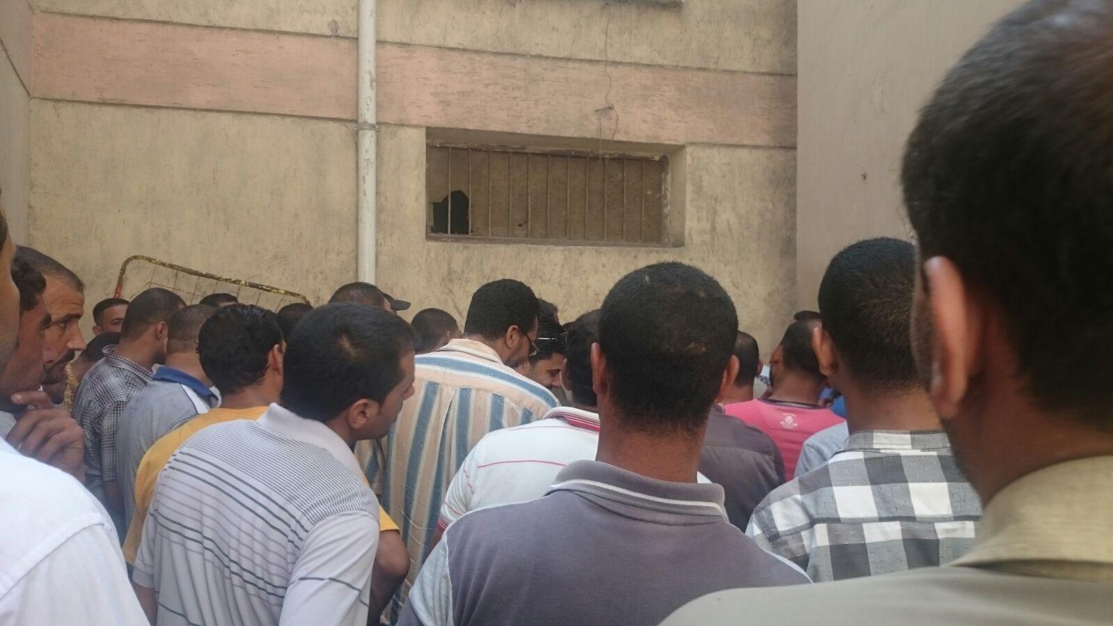 تكدس المواطنين في كومسيون دمنهور.. «أصل الموظفين عاوزين يفطروا»
