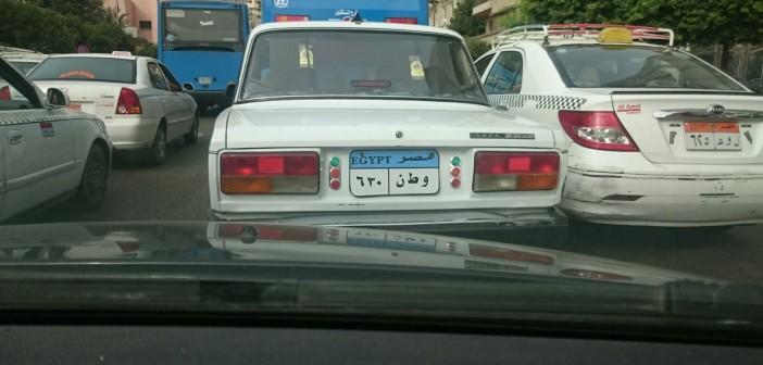 بالصورة.. «وطن 30/ 6».. لوحة معدنية مخالفة لسيارة في شارع رمسيس 📷