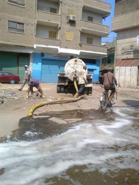 في كفر الزيات.. خراف تأكل قمامة.. ونفايات طبية خطرة بالشارع.. والمدينة ترمي الصرف بالطريق (صور وفيديو)