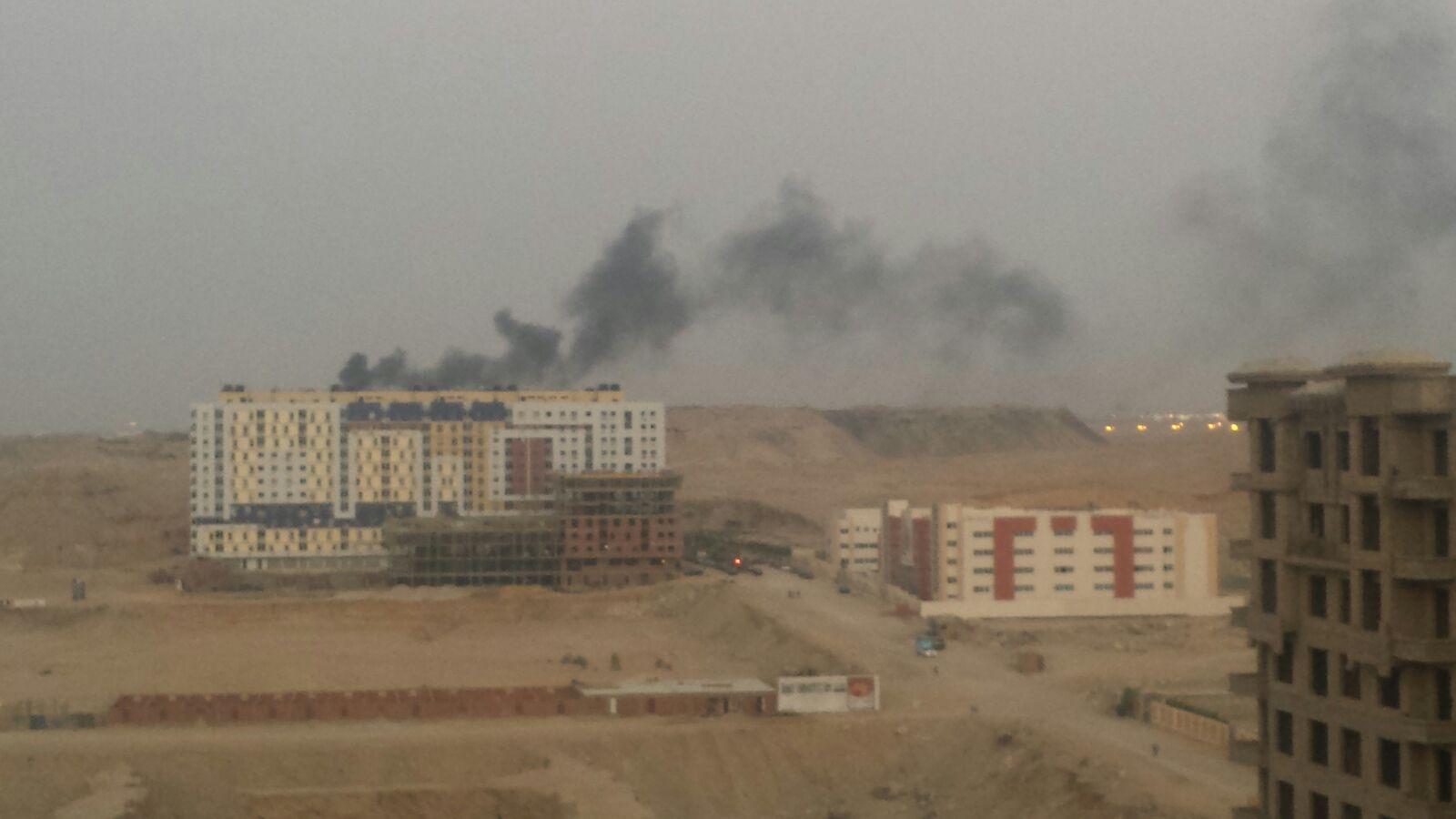 صور.. سحب سوداء تغطي سماء عمائر مدينة نصر بسبب حرق القمامة قربها يوميًا