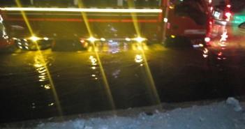 بالصور.. المياه تُغرق «الدائري» أمام فندق كمبنسكي في بورتو كايرو