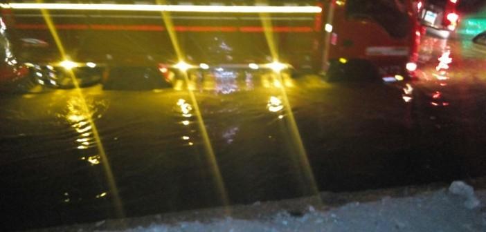 بالصور.. انفجار ماسورة «ع الدائري» قرب بورتو كايرو.. وانقطاع المياه بالتجمع الأول والرحاب 📷