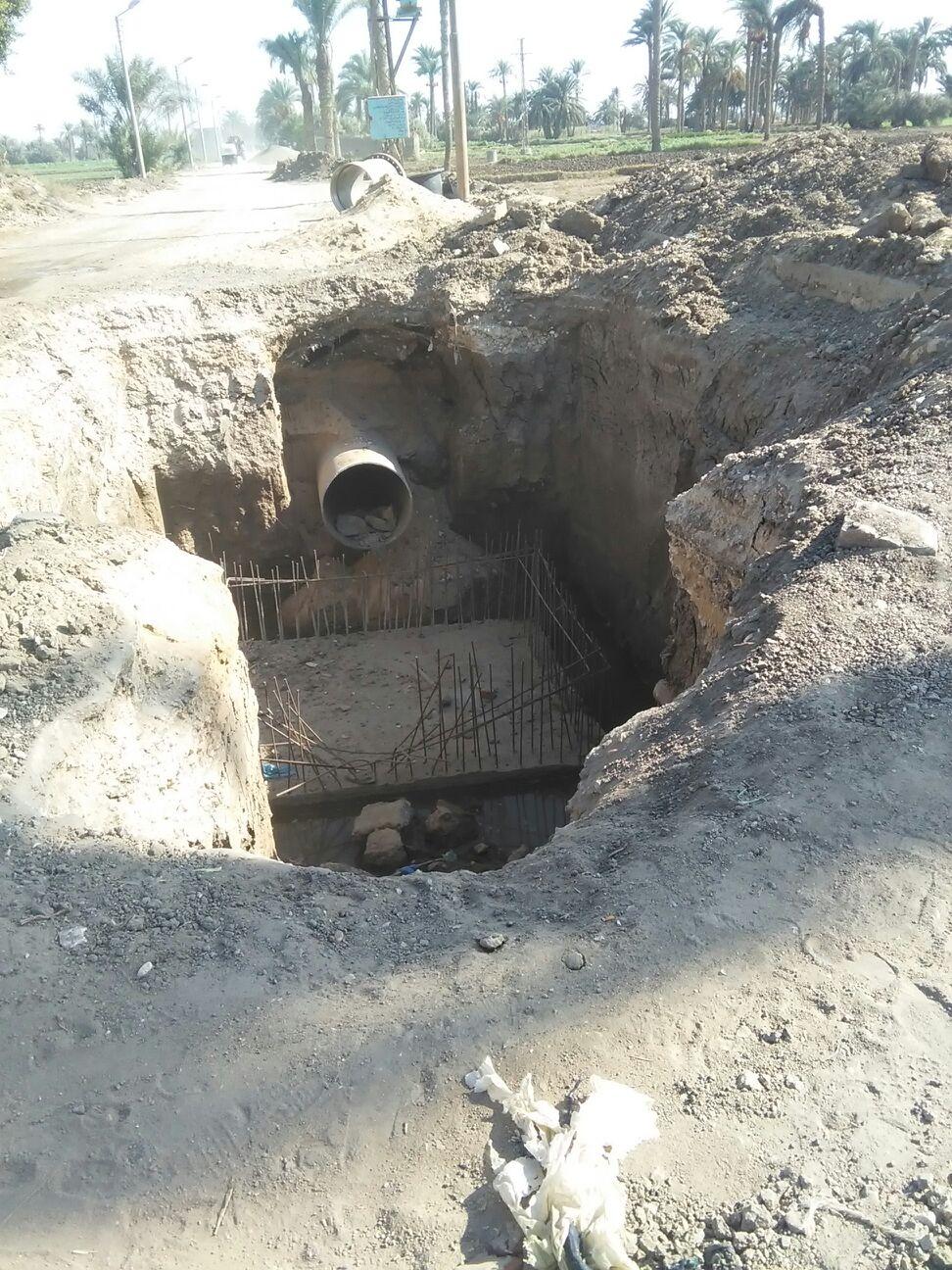 حفرة كبيرة بإحدى قرى الفيوم تتسبب في مصرع شخص وإصابة 2