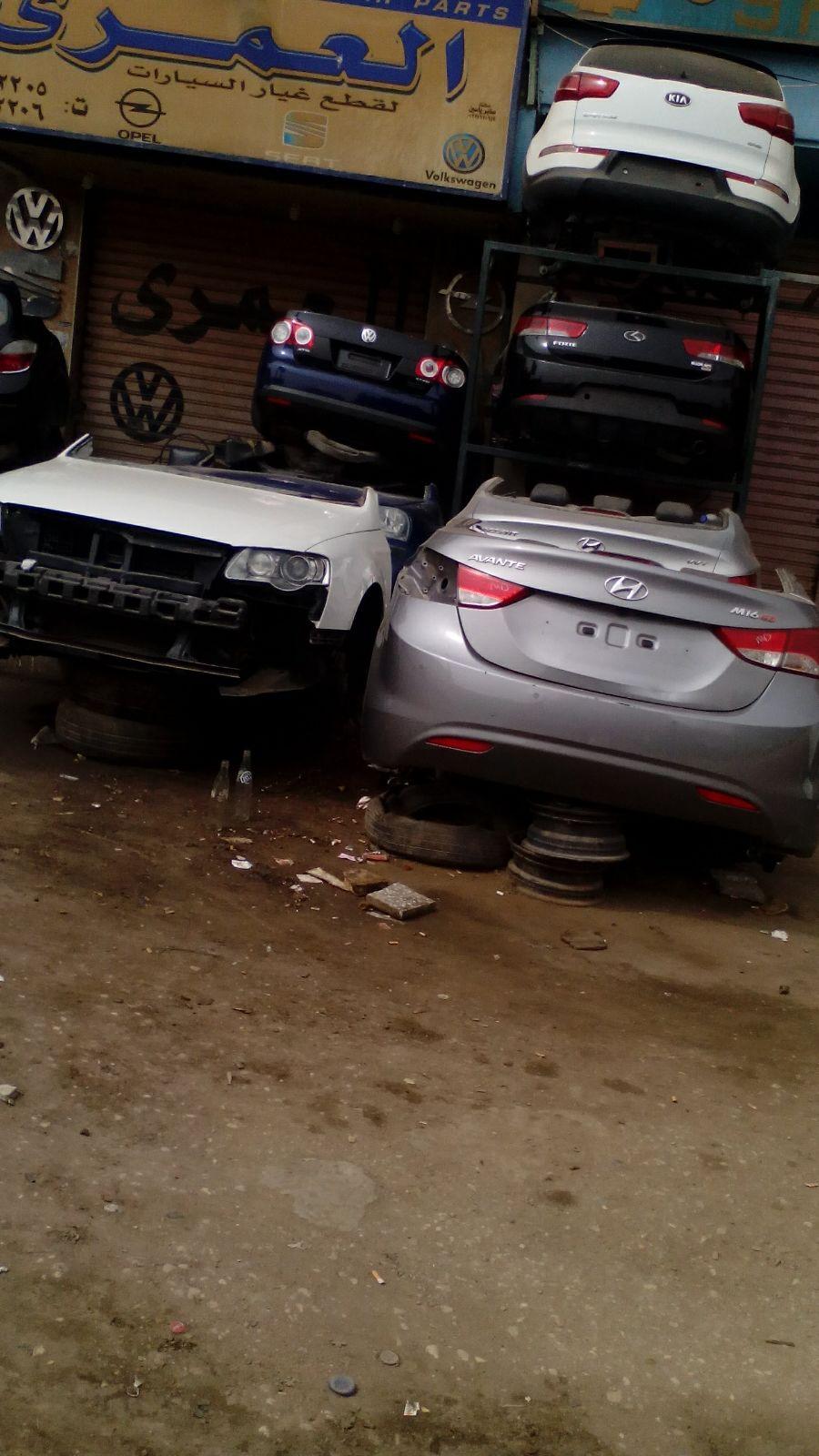 بالصور.. تكدس أجزاء السيارات المستعملة على أرصفة «الحرفيين» تعرقل حركة المارة