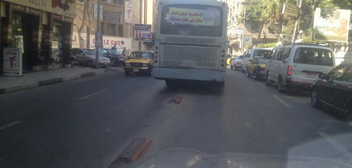 بالصور.. أتوبيس نقل عام بالإسكندرية يتخطى الزحام بالسير في الاتجاه المعاكس 📷