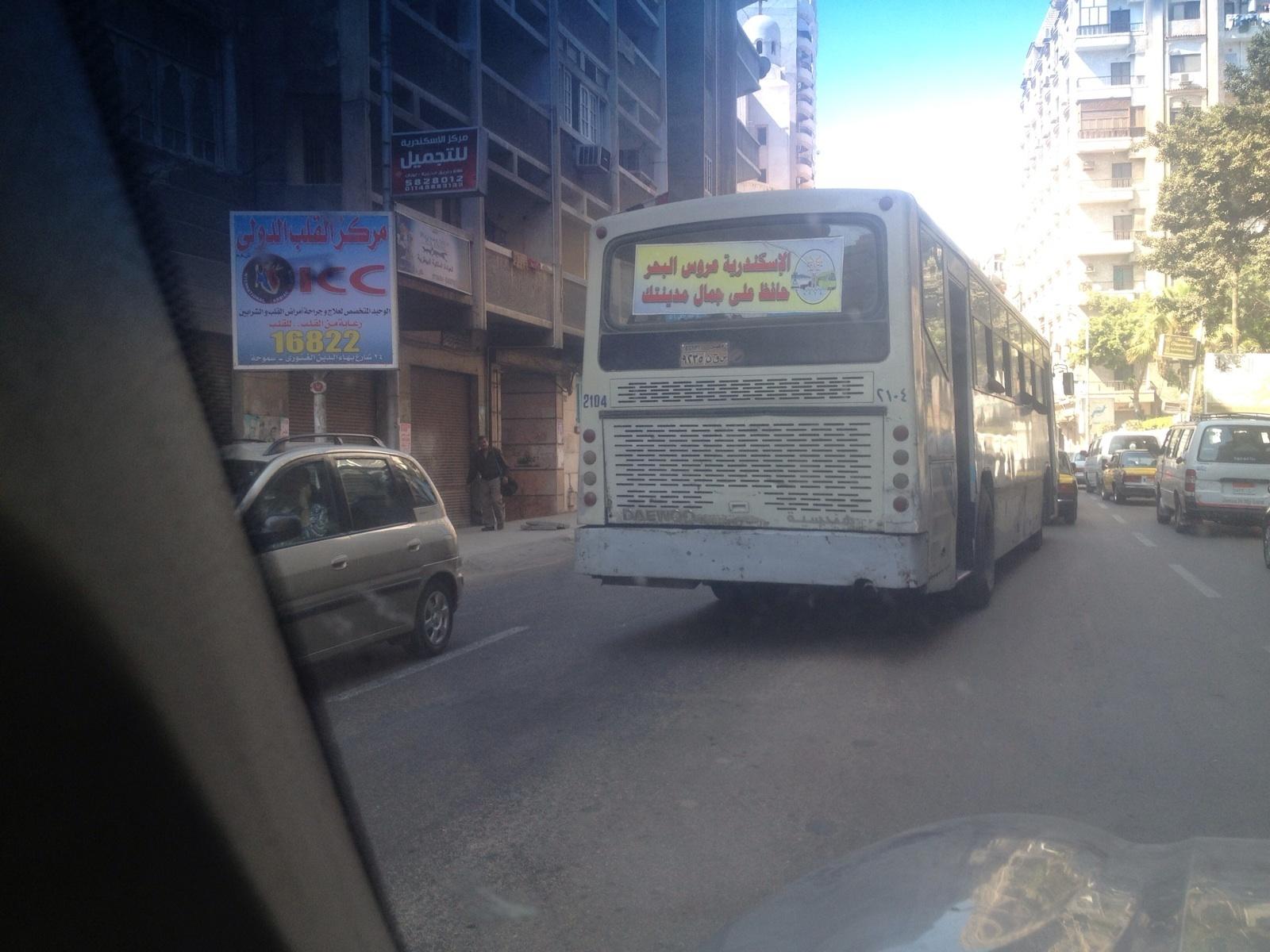 بالصور.. أتوبيس نقل عام بالإسكندرية يتخطى الزحام بالسير في الاتجاه المعاكس