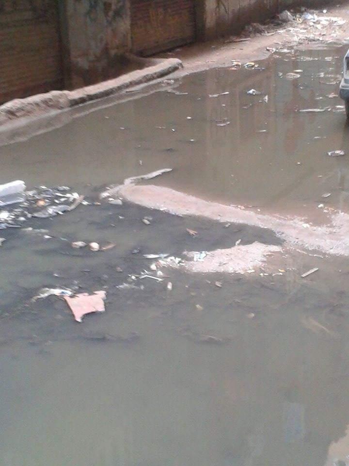 بالصور.. طفح مياه الصرف يحاصر المواطنين في «النوارة» بمدينة الخصوص