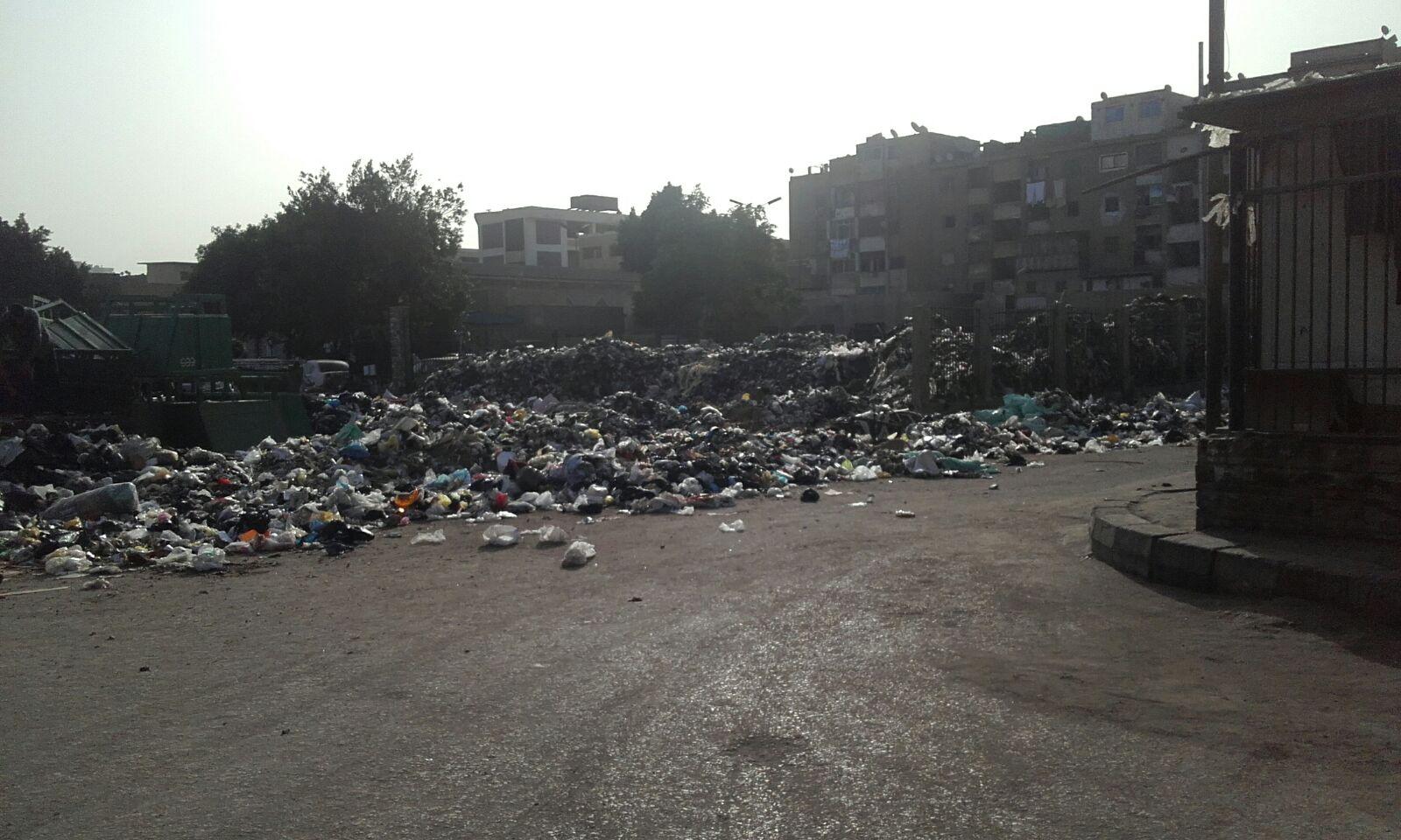 تراكم القمامة والباعة الجائلون يحتلون شارع بعين شمس الشرقية و«رئيس الحي ولا هنا»