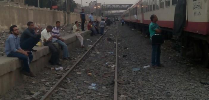 بالصور.. توقف قطار القاهرة ـ سوهاج في الجيزة لأكثر من ساعتين.. و70 تذكرة بأرقام مُكررة 📷