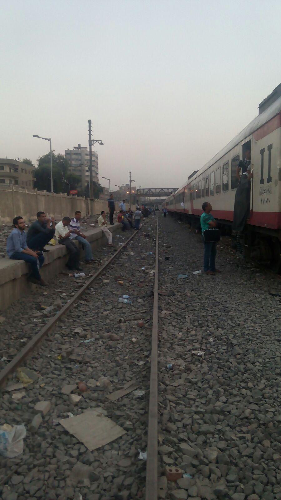 بالصور.. توقف قطار القاهرة ـ سوهاج في الجيزة منذ ساعتين ونصف.. واكتشاف 70 تذكرة بأرقام مُكررة