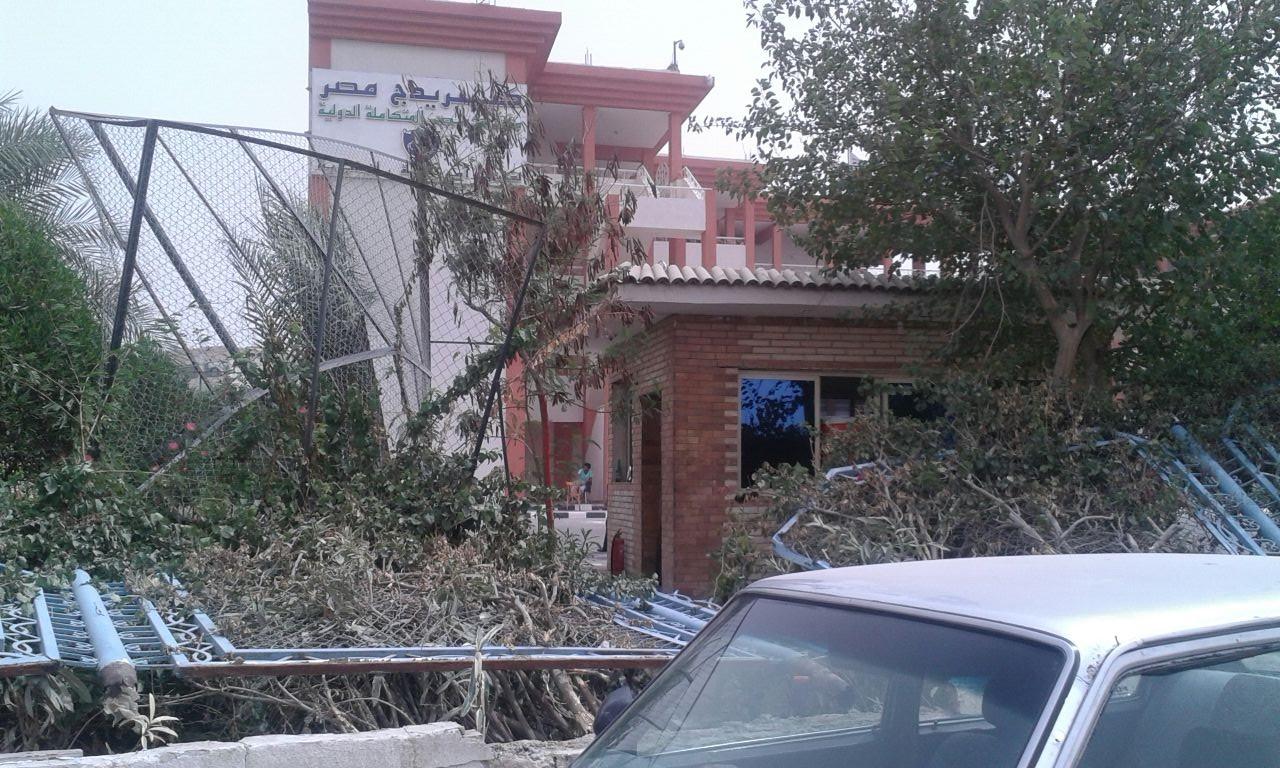 مدرسة خاصة بالتجمع الخامس تهدم سورها: «اللي مش عاجبه يسحب ملفات أولاده»