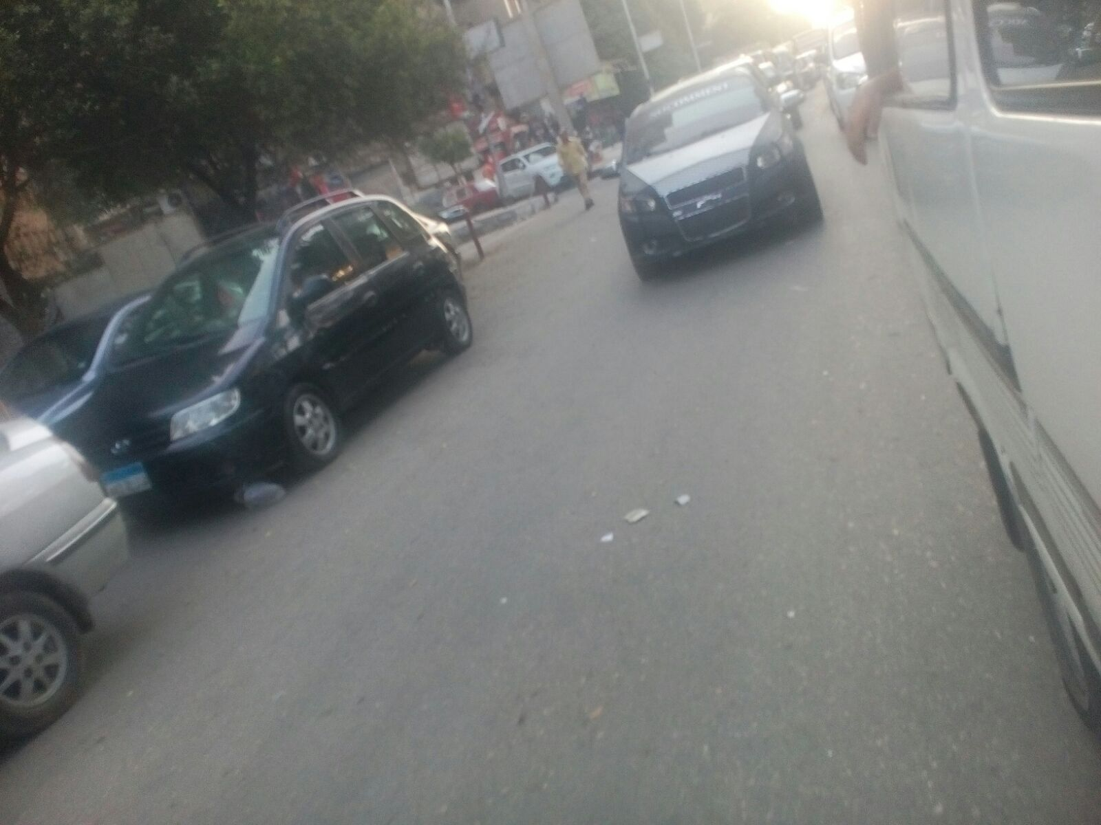 سيارة مخالفة بدون لوحات معدنية تتحرك بحرية في شارع جامعة الدول بالمهندسين