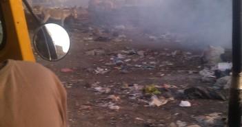 حرق القمامة في مدينة الخصوص قرب المدارس دون تحرك مسؤولي المحليات