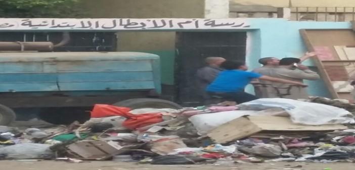 بالصور.. المحليات تستعد للدراسة بترك القمامة أمام مدرسة في إحدى قرى إمبابة 📷