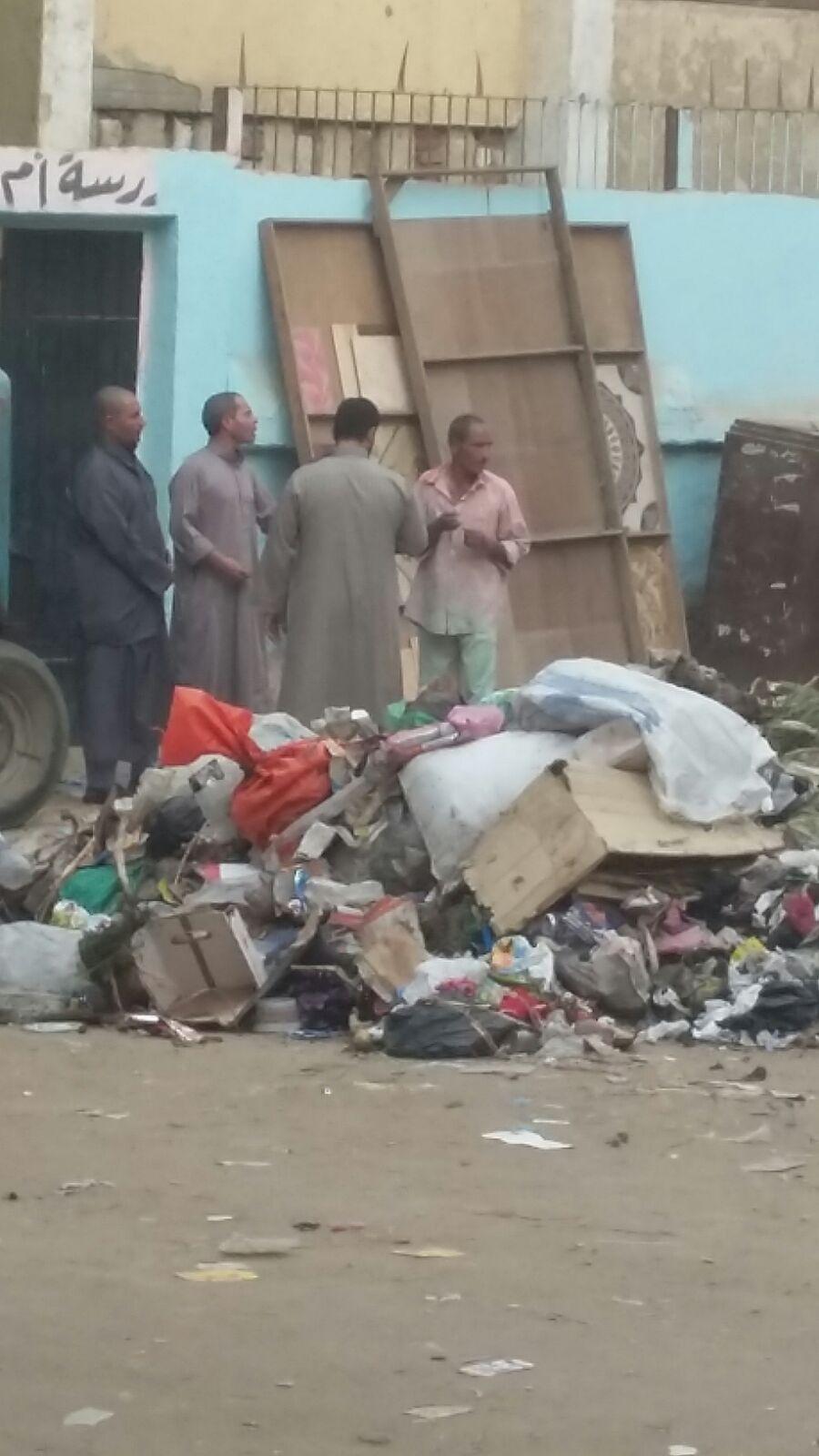 بالصور.. المحليات تستعد لبدء الدراسة بترك القمامة أمام مدرسة في إحدى قرى إمبابة