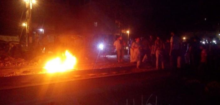 بالصور.. سيارة نقل تصدم مواطنًا.. وأهالي بالصالحية يشعلون النار بعد مقتله 📷