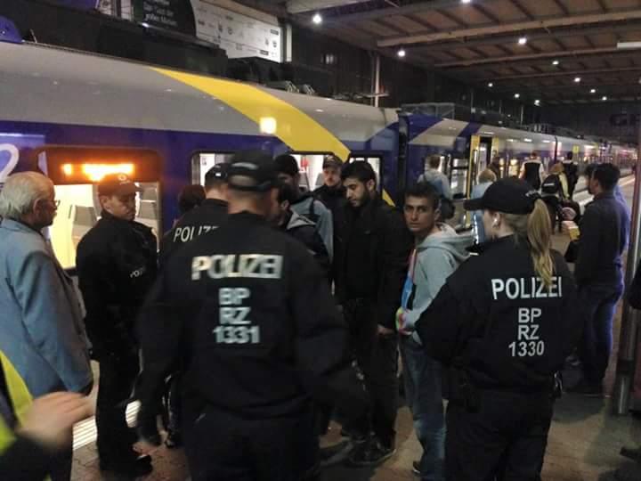 بالصور.. مصري في ألمانيا يرصد استعدادات محطة قطارات ميونيخ لاستقبال اللاجئين السوريين