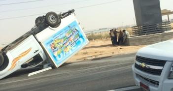 صور انقلاب سيارة على طريق الإسماعيلية.. وإصابة قائدها