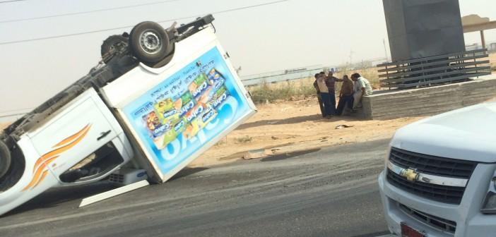 بالصور.. انقلاب سيارة على طريق الإسماعيلية.. وإصابة قائدها 📷
