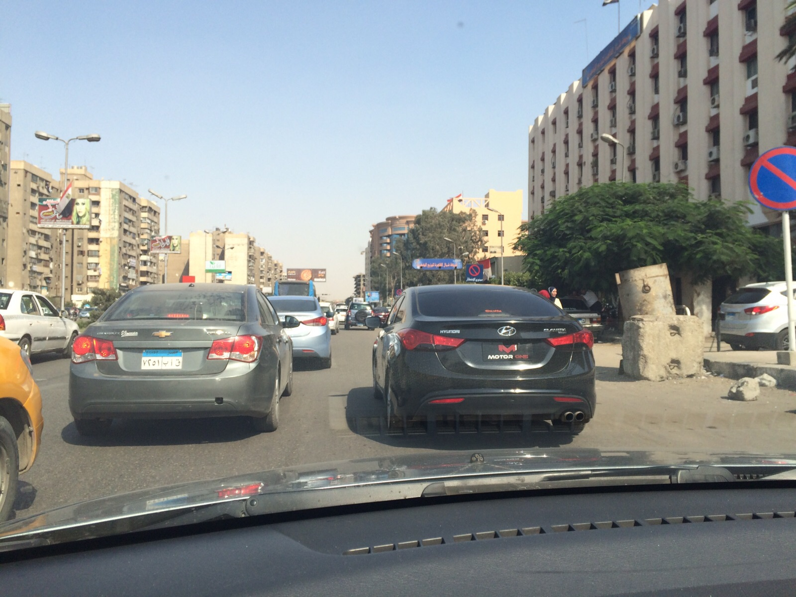 بالصور... سيارة مخالفة دون لوحات معدنية أمام قسم مدينة نصر
