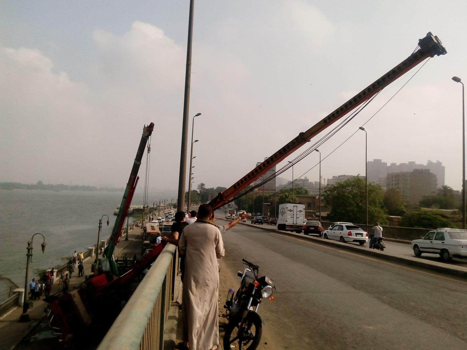 صور.. اصطدام ونش كبير بسيارة أسفل كوبري روض الفرج على كورنيش النيل