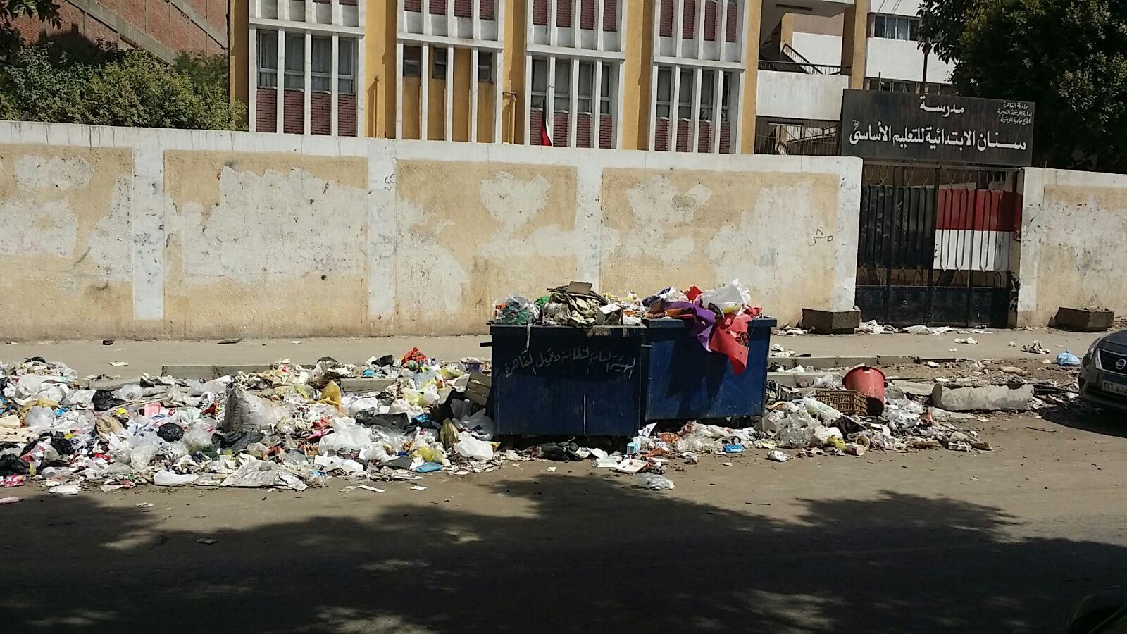 تراكم القمامة أمام كنيسة ومدرسة في حي الزيتون