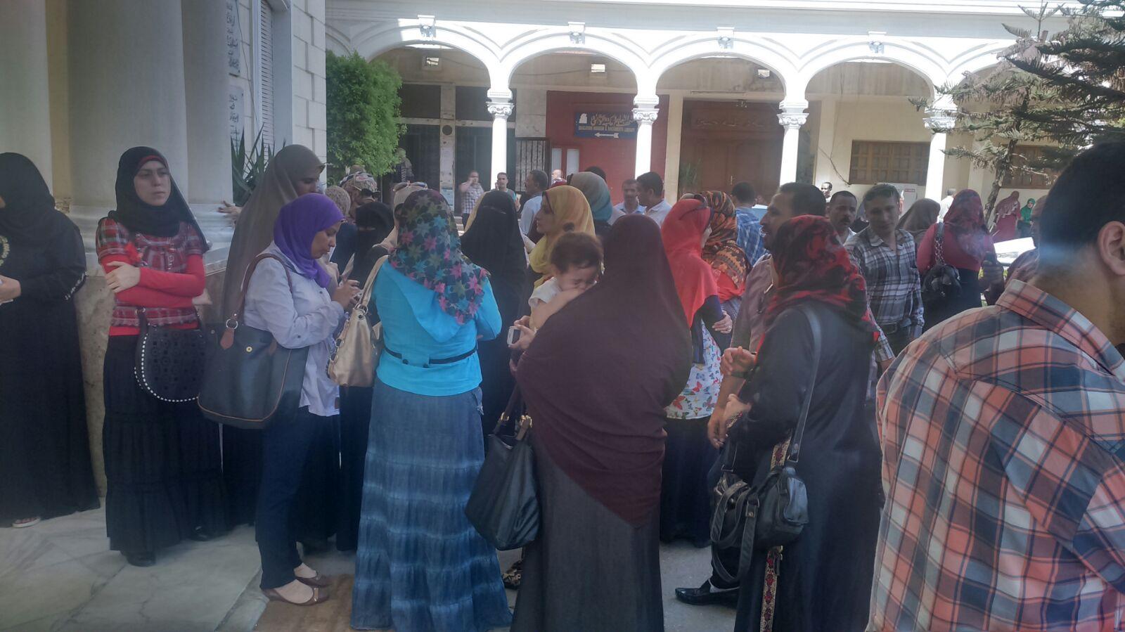 مدرسو مسابقة الـ 30 معلم يحتجون على نقلهم لمحافظات بعيدة.. و«الهلالي» يرفض لقاءهم