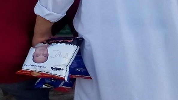 بالصور.. نجل قيادي بـ«الوطني» يوزع كراتين شيبسي بصورته ورمزه الانتخابي بالبحيرة 📷