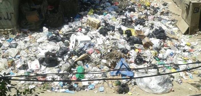 📷 القمامة تغلق ممر كوبري رئيسي بكوتسيكا في طرة البلد