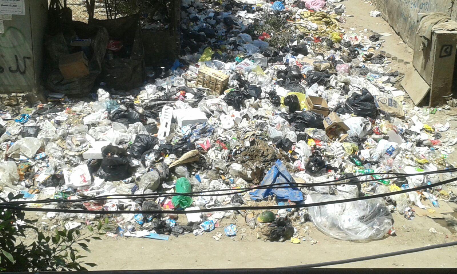 بالصور.. انتشار القمامة في ممر كوبري رئيسي بكوتسيكا في طرة البلد