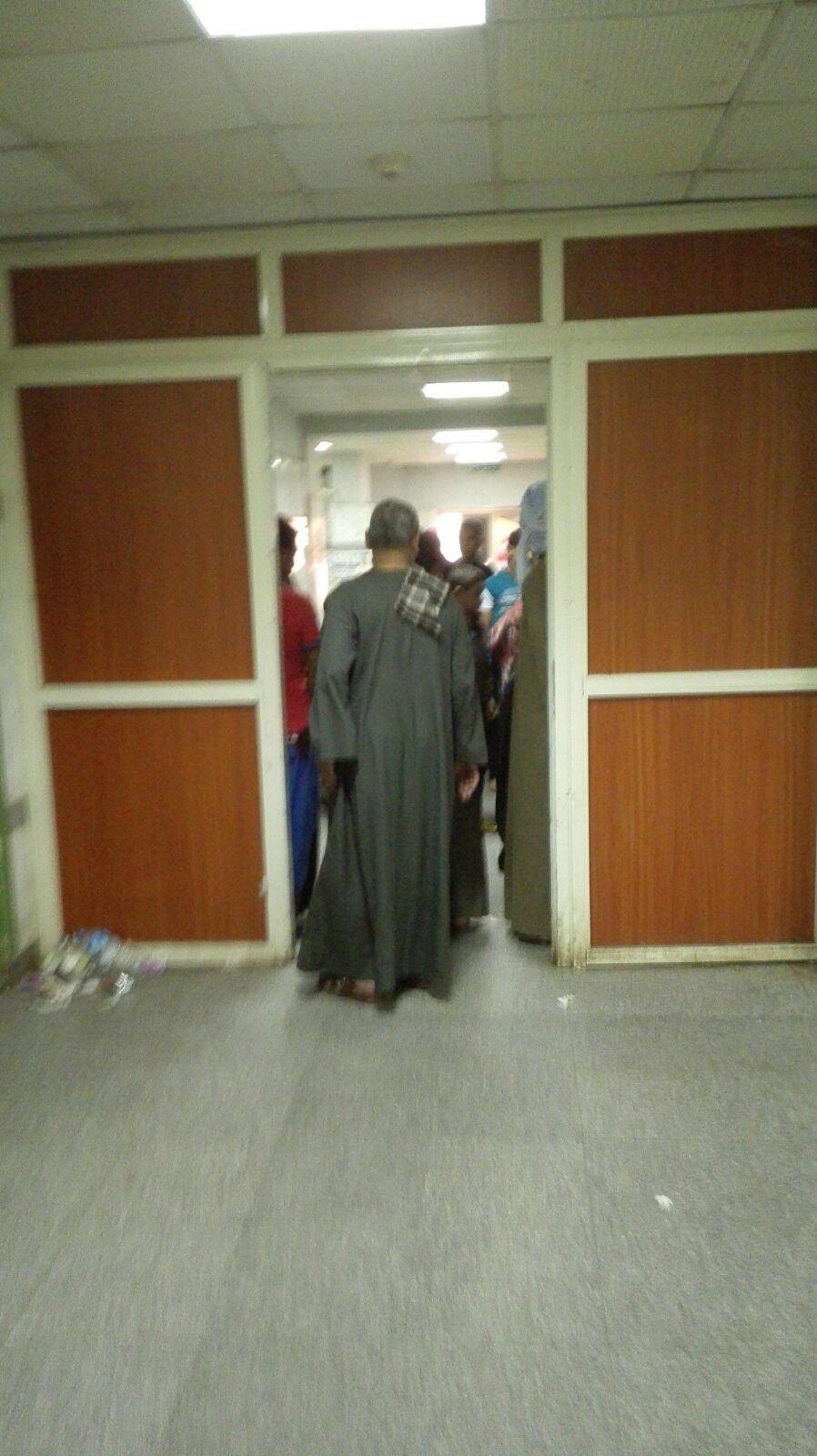 بالصور.. مواطن يرصد إهمال طوارىء «سوهاج الجامعي»: لا أطباء والمرضى «ع الأرض»