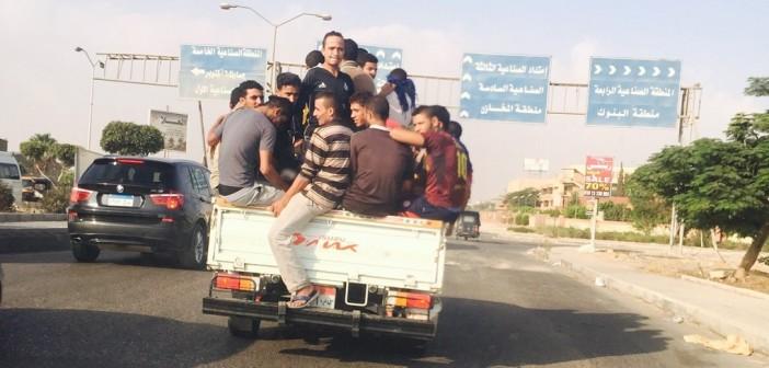 بالصور.. نقل عمال مصانع في 6 أكتوبر بعربات غير آدمية تعرض حياتهم للخطر 📷