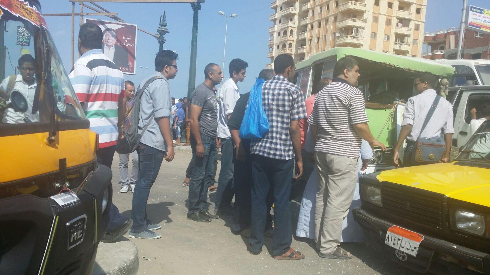 بالصور.. حادث تصادم بين أتوبيس مدرسي وتاكسي في الإسكندرية