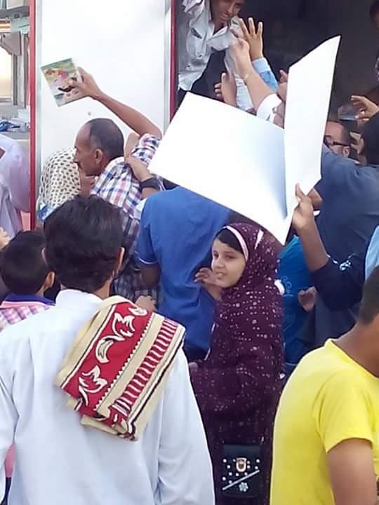 بالصور.. نجل عضو بالوطني يوزع كراتين شيبسي عليها صوره ورمزه الانتخابي بالبحيرة
